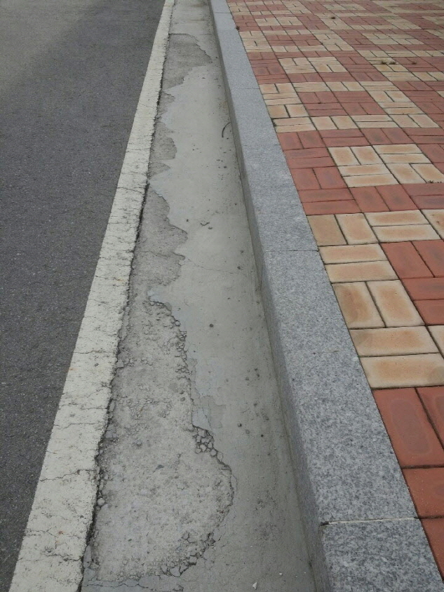 Applying  PRO FLOOR on road gutter with corrosion degradation